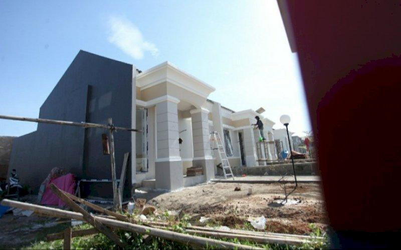 RUMAH BARU. Seorang pekerja melakukan finishing pembangunan rumah baru di Makassar. Survei Harga Properti Residensial (SHPR) Bank Indonesia mengindikasikan harga properti residensial tumbuh terbatas pada triwulan IV-2020. foto: pluz.id