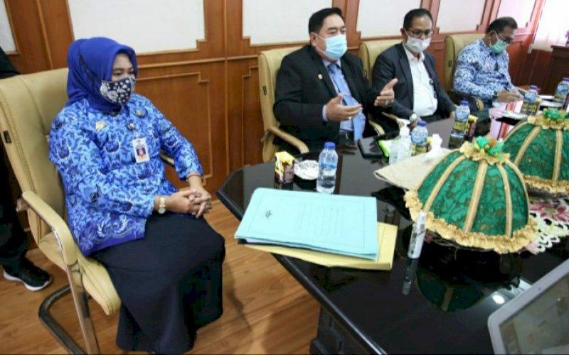 PENANDATANGANAN. Sekda Provinsi Sulsel, Abdul Hayat Gani (kedua kiri), menghadiri penandatanganan finalisasi PPK BLUD di Kantor Disdik Sulsel, Rabu (17/2/2021). foto: humas pemprov sulslel