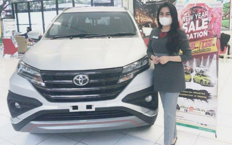 INSENTIF PAJAK. Seorang sales Toyota mempromosikan produknya di Showroom Kalla Toyota. Pemerintah menyiapkan kebijakan insentif penurunan tarif PPnBM. foto: pluz.id