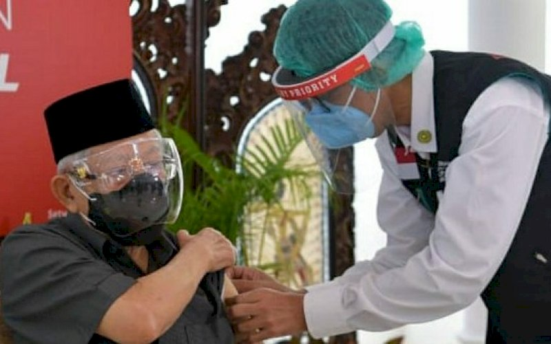 DIVAKSI. Wapres, Ma'ruf Amin, menerima suntikan dosis pertama vaksin Covid-19 di Kediaman Resmi Wapres, Jakarta, Rabu (17/2/2021). foto: bpmi setwapres