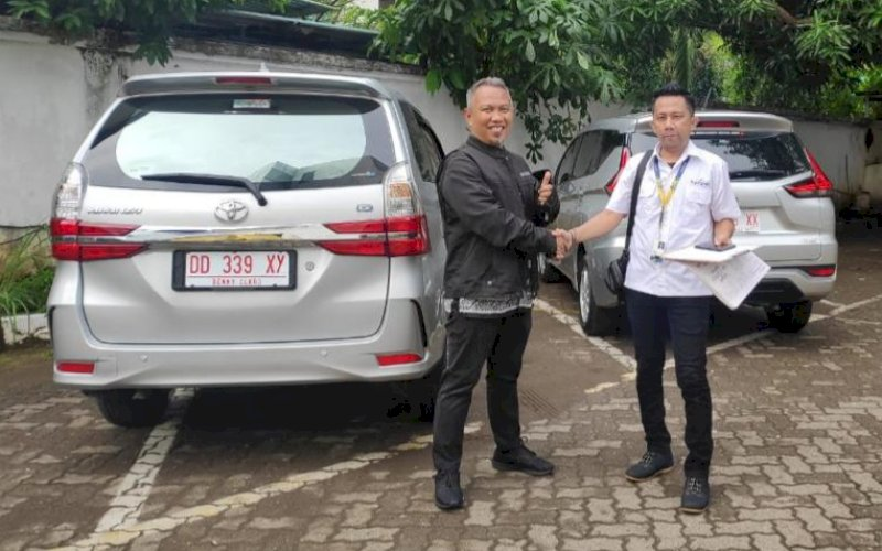 SEWA MOBIL. Head of Operation PT Oto Rental Nusantara, Wawan Purnawan (kiri), serah terima kendaraan dengan salah satu penyewa. foto: istimewa