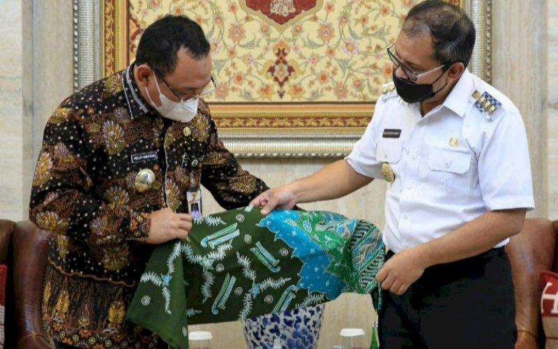 KUNJUNGAN. Wali Kota Makassar Moh Ramdhan Pomanto menerima kunjungan kerja Wali Kota Cilegon Helldy Agustian beserta rombongan di Kediaman Pribadinya, Rabu (31/3/2021). foto: humas pemkot makassar