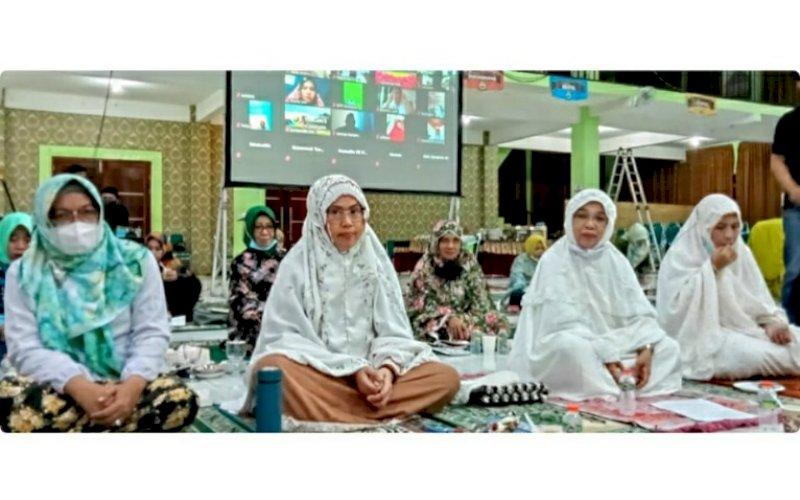 NISFU SYAKBAN. Rektor UIM, DR Ir Hj A Majdah M Zain MSi (kedua kiri), mengadiri Malam Nisfu Syakban 1442 H di Auditorium KH Muhyiddin Zain UIM, Minggu (28/3/2021). foto: humas uim