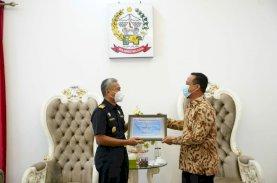 Serahkan Penghargaan, Plt Gubernur Sulsel Apresiasi Kanwil Bea Cukai