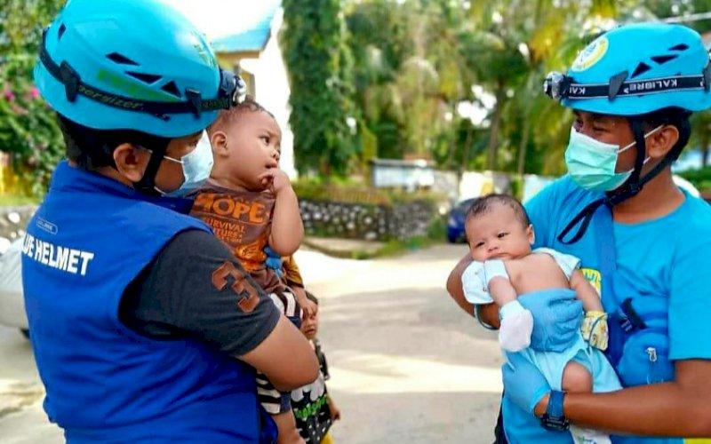 PELAYANAN SOSIAL. Tim Blue Helmet sayap sosial Partai Gelora bergerak dalam memberikan pelayanan sosial kepada masyarakat yang membutuhkan bantua. foto: humas gelora sulsel