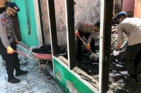 Brimob Bone Bantu Warga Sungai Cerekang Bersihkan Puing Sisa Kebakaran
