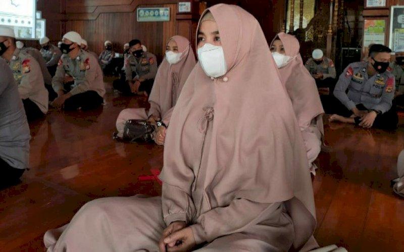 ISRA MIKRAJ. Personel Batalyon C Pelopor Satbrimob Polda Sulsel mengikuti peringatan Isra Mikraj Nabi Muhammad SAW tahun 2021 M/1442 H, Selasa (23/3/2021). foto: humas brimob bone