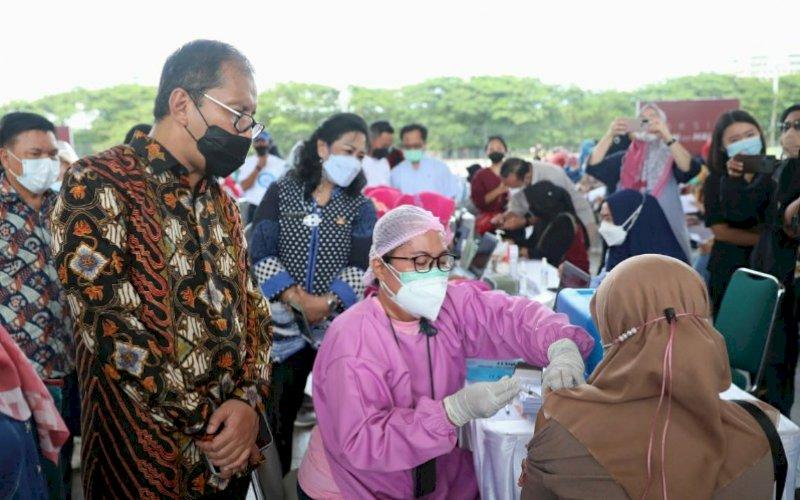 VAKSINASI . Wali Kota Makassar, Moh Ramdhan Pomanto, meninjau langsung proses vaksin yang diperuntukkan buat para guru Kota Makassar di Tribun Lapangan Karebosi, Sabtu (27/3/2021). foto: humas pemkot makassar