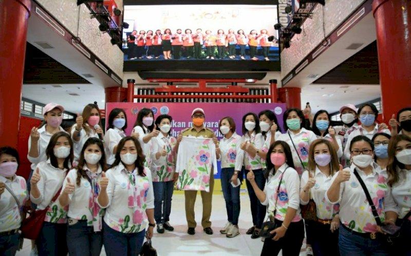 VAKSINASI. Wali Kota Makassar, Moh Ramdhan Pomanto menyempatkan hadir dalam bakti sosial Perwanti Sulsel yang menggelar kegiatan vaksinasi Covid-19 di Mal Pipo Makassar, Senin (22/3/2021). foto: humas pemkot makassar