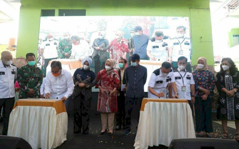 PERESMIAN. Wali Kota Makassar, Moh Ramdhan Pomanto, meresmikan rehabilitasi atap SMP Negeri 5 Kota Makassar, Minggu (21/3/2021). foto: humas pemkot makassar