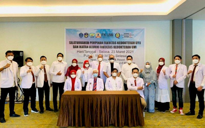 PELANTIKAN. Dr dr Hj Muji Iswanty SH MH SpKK MKes, resmi dilantik sebagai Ketua IKA Fakultas Kedokteran UMI Makassar di Hotel Max One Makassar, Selasa (23/3/2021). foto: istimewa