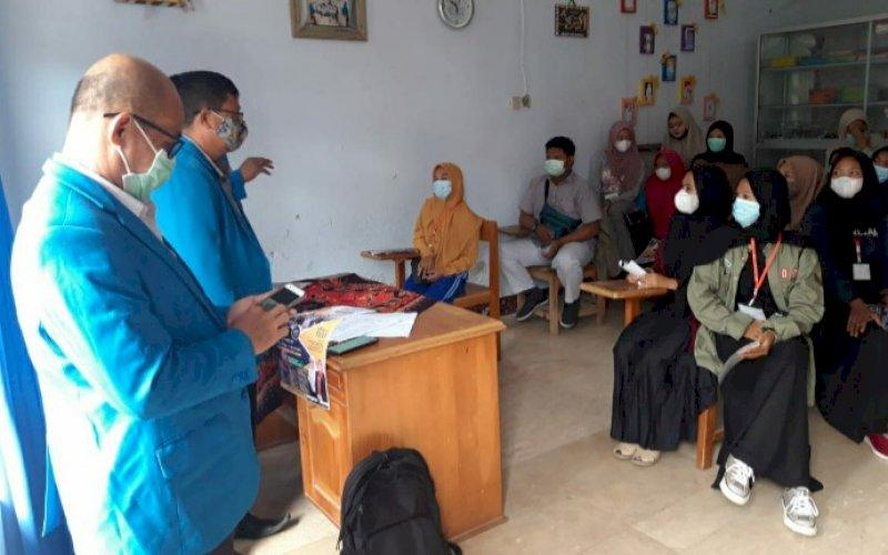 SOSIALISASI. FIK UIM melakukan sosialisasi di SMK Kesehatan di Maros, Senin (29/3/2021). foto: humas uim
