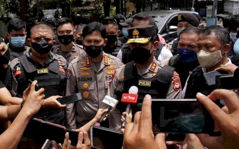 BERI KETERANGAN. Kapolda Sulsel, Irjen Pol Merdisyam, memberikan keterangan resmi kepada media usai meninjau tempat kejadian perkara di Gereja Katedral Makassar, Minggu (28/3/2021). foto: pluz.id