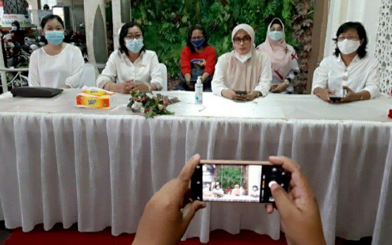 PERNYATAAN SIKAP. Ketua FPPM, Nurfajri Fadeli Luran (kedua kanan), bersama perwakilan pemimpin perempuan lintas agama saat memberikan keterangan resmi dan pernyataan sikap di Gedung Islamic Center IMMIM, Minggu (28/3/2021). foto: doelbeckz/pluz.id