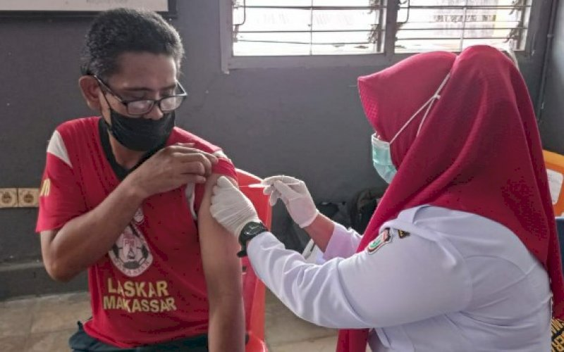 DIVAKSIN. Salah satu pedagang Pasar Pannampu disuntik vaksin Covid-19, Rabu (24/3/2021). foto: humas pd pasar makassar raya