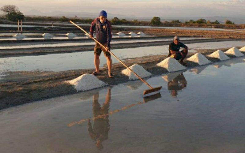 GARAM. Aktivitas petani garam di Jeneponto. foto: humas pemkot makassar