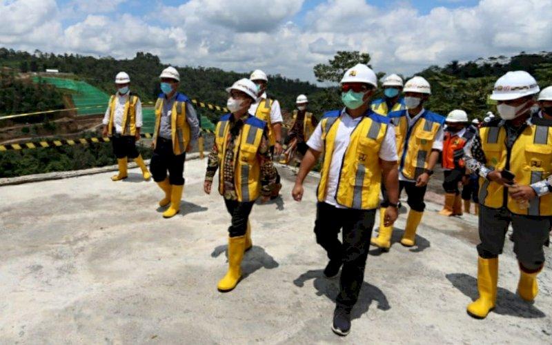 TINJAU PROYEK. Staf Khusus Wakil Presiden RI, Sukriasyah S Latief, meninjau langsung lokasi proyek nasional pembangunan bendungan Sidan, Bali, Kamis (25/3/2021). foto: istimewa