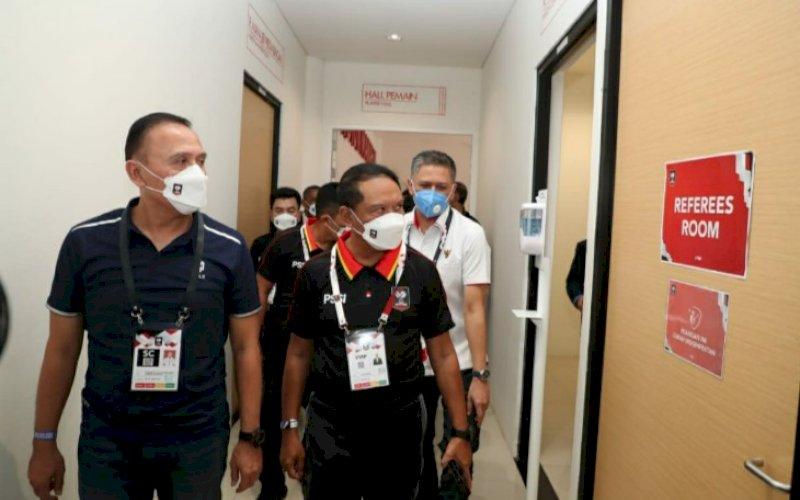 MENINJAU. Menpora RI Zainudin Amali bersama Ketua Umum PSSI Mochamad Iriawan datang meninjau Stadion Manahan, Minggu (21/3/2021). foto: humas kemenpora