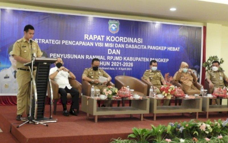 ARAHAN. Bupati Pangkep, Muhammad Yusran Lalogau, memberikan arahan pada Rapat Koordinasi RPJMD Kabupaten Pangkep 2021-2026 di Hotel Grand Asia Makassar, Kamis (8/4/2021). foto: humas pemkab pangkep