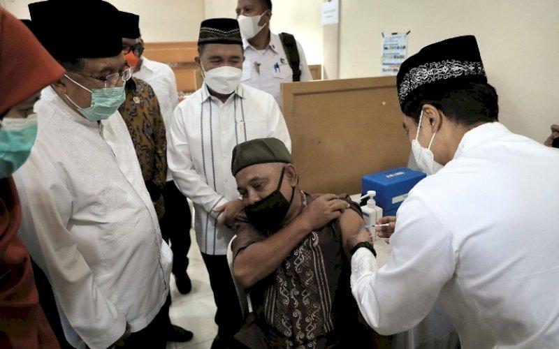 VAKSINASI. Ketua DMI, Jusuf Kalla (JK), memantau program vaksinasi Covid-19 di Masjid Jami Assa'adah, Kelurahan Sukmaja, Kecamatan Sukmajaya, Kota Depok, Jumat (9/4/2021). foto: humas dmi