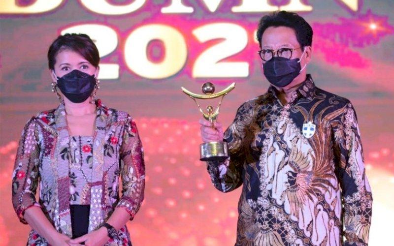 PENGHARGAAN. Direktur Utama PT Sucofindo (Persero), Bachder Djohan Buddin, meraih penghargaan pada kategori Pengembangan Talenta Terbaik II di ajang Anugerah BUMN 2021 yang berlangsung di Hotel Ritz Carlton, Mega Kuningan, Jakarta. foto: humas sucofindo