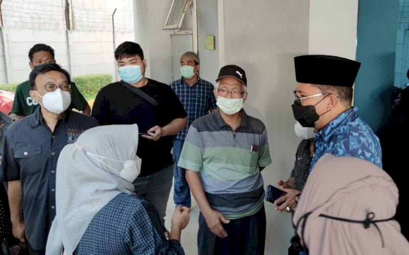 MELAYAT. Wali Kota Makassar Moh Ramdhan Pomanto saat melayat atas meninggalnya mantan Sekda Provinsi Sulsel Abdul Latif di Primaya Hospital Makassar (eks Rumah Sakit Awal Bros Makassar), Minggu (11/4/2021). foto: humas pemkot makassar