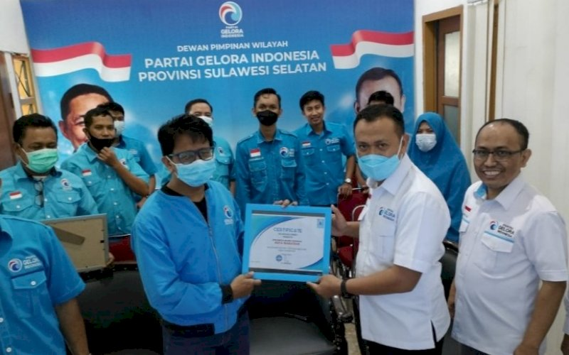 PENGHARGAAN. Ketua Partai Gelora Sulsel Syamsari Kitta (kanan) menyerahkan penghargaan kepada Ketua Partai Gelora Makassar EZ Muttaqien Yunus pada kegiatan Rakornas ke-6, Minggu (11/4/2021). foto: humas gelora makassar
