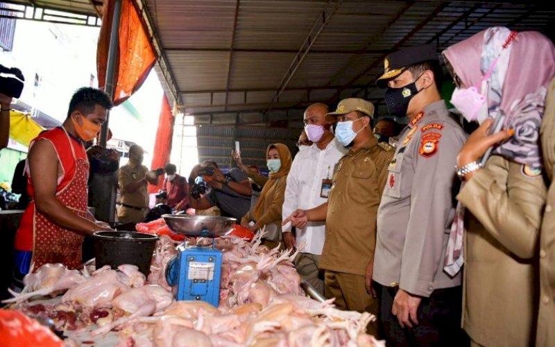 PANTAU PASAR. Plt Gubernur Sulsel, Andi Sudirman Sulaiman, melakukan peninjauan lapangan bahan pokok di pasar tradisional, Pasar Terong Makassar, Senin (12/4/2021). foto: humas pemprov sulsel