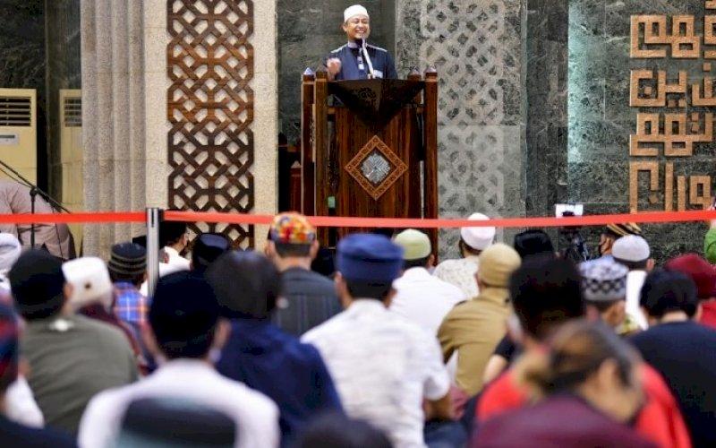 CERAMAH. Plt Gubernur Sulsel, Andi Sudirman Sulaiman, membawakan ceramah Tarawih hari pertama di Masjid Al-Markaz Al-Islami Makassar, Senin (12/4/2021) malam. foto: humas pemprov sulsel