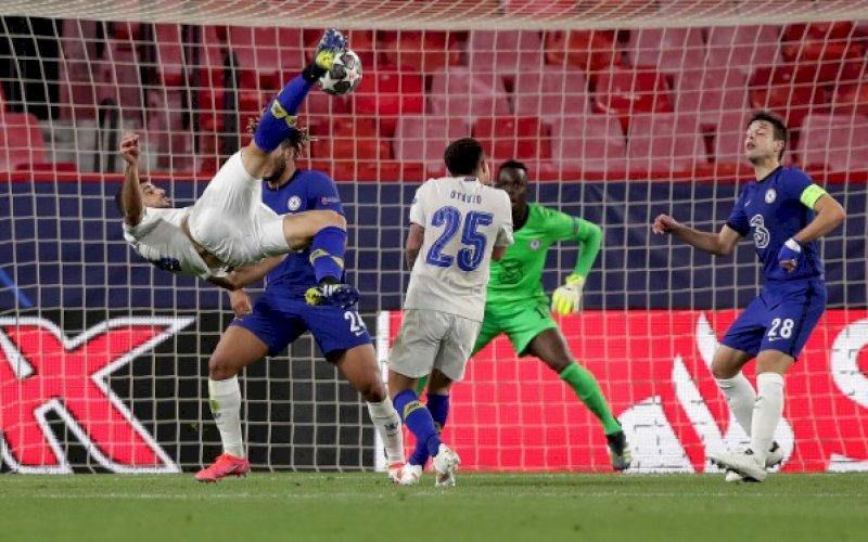 GOL SPEKTAKULER. Penyerang Porto, Mehdi Taremi, mencetak gol spektakuler saat mengalahkan Chelsea 1-0 pada leg kedua perempat final Liga Champions di Stadion Ramon Sanchez-Pizjuan, Sevilla, Spanyol, Rabu (14/4/2021) dini hari. foto: twitter @ChampionsLeague