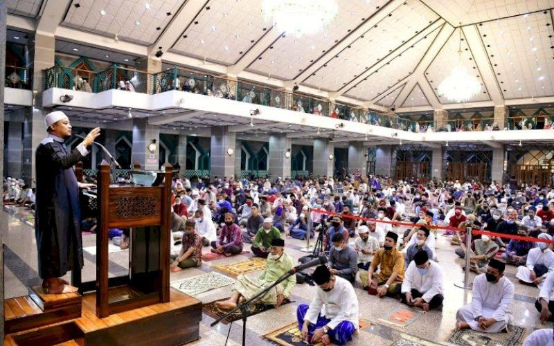 CERAMAH. Plt Gubernur Sulsel, Andi Sudirman Sulaiman, saat membawakan ceramah Tarawih hari pertama di Masjid Al-Markaz Al-Islami Makassar, Senin (12/4/2021) malam lalu. foto: humas pemprov sulsel