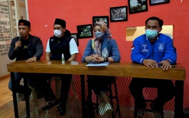 BERI KETERANGAN. Pimpinan sidang Musda XV KNPI Kota Makassar, Indira Mulyasari Paramastuti (kedua kanan), memberikan keterangan terkait hasil Musda XV KNPI Makassar di Roemah Kopi Makassar, Rabu (14/4/2021) malam. Turut hadir Ketua KNPI Makassar terpilih Hasrul Kaharuddin (kiri). foto: istimewa