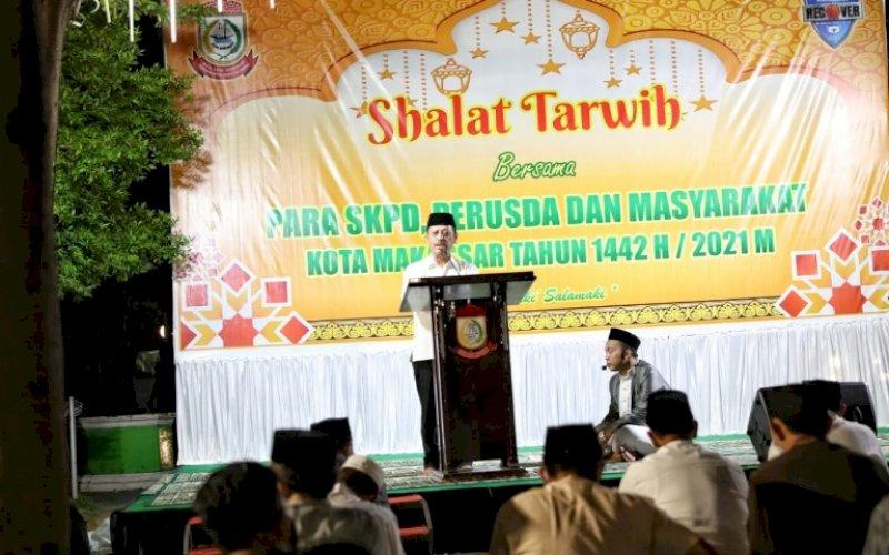 SAFARI RAMADAN. Sekda Kota Makassar, Muh Ansar, pada pelaksanaan Salat Tarawih bersama jajaran Pemkot Makassar bersama warga di halaman Kantor Balai Kota Makassar, Kamis (15/4/2021). foto: humas pemkot makassar