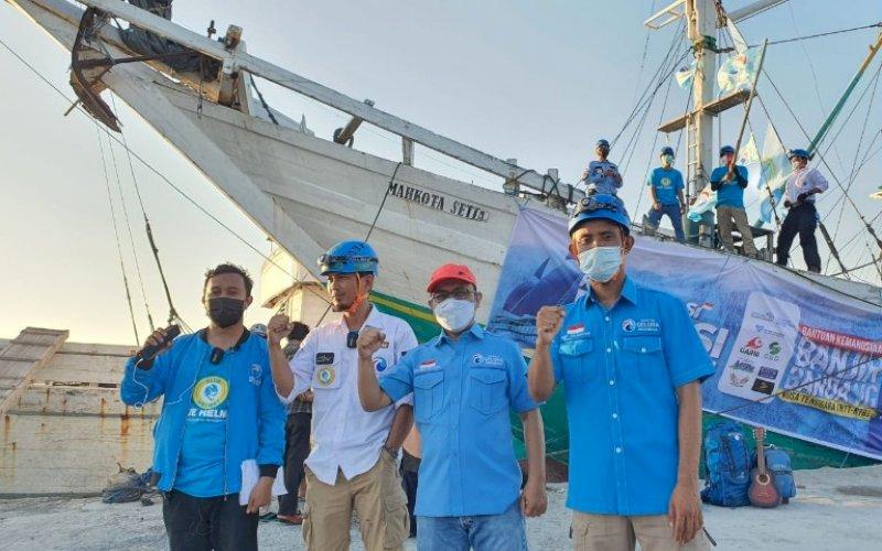 PELEPASAN. Sekretaris DPW Gelora Sulsel, Mudzakkir Ali Djamil (kedua kanan), melepas Ekspedisi Pinisi Kemanusiaan untuk Nusa Tenggara dan Jawa Timur di Pelabuhan Paotere, Kota Makassar, Jumat (16/4/2021). foto: humas partai gelora sulsel