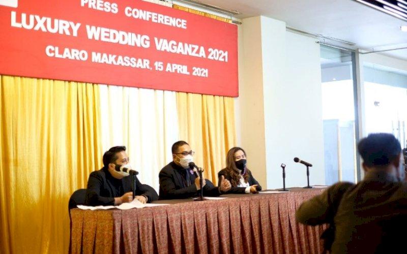BERI KETERANGAN. Marcom Manager Claro Makassar, Ricwan Wahyudi (tengah) memberikan keterangan terkait pelaksanaan Gelar Luxury Wedding Vaganza 2021. foto: humas claro makassar