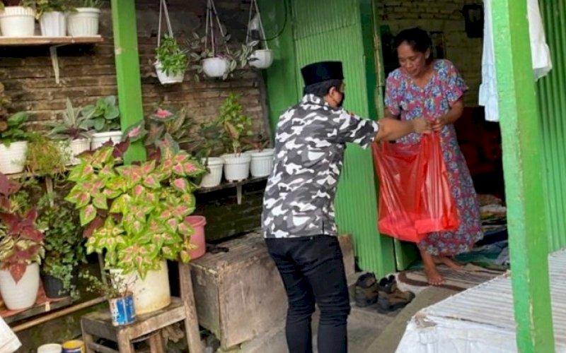 BAPERA PEDULI. Anggota Bapera Sulsel membagikan takjil atau makanan siap saji untuk berbuka puasa, Sabtu (17/4/2021). foto: bapera sulsel