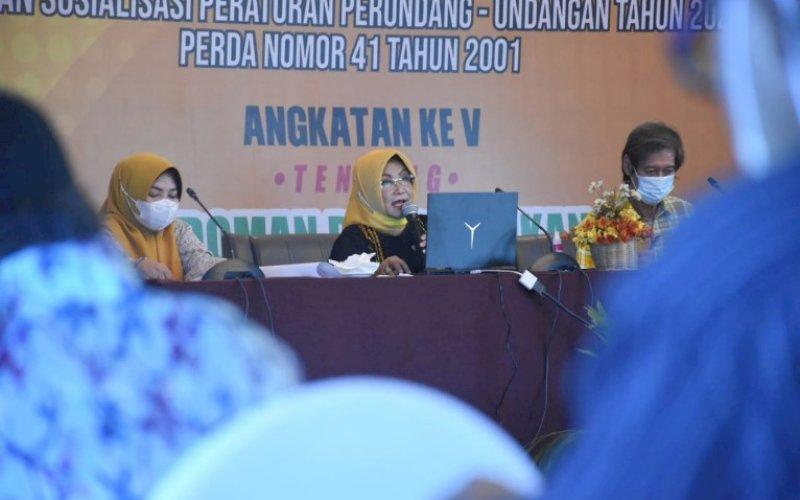 SOSIALISASI PERDA. Anggota DPRD Makassar, Apiaty Amin Syam (tengah), menggelar sosialisasi Perda Nomor 41 Tahun 2001 tentang Pedoman Pembentukan Lembaga Pemberdayaan Masyarakat di Kota Makassar di Hotel Aston, Sabtu (17/4/2021). foto: istimewa