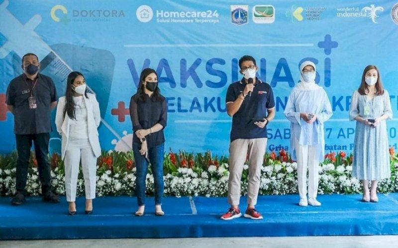 VAKSINASI. Menteri Parekraf, Sandiaga Salahuddin Uno, saat meninjau pelaksanaan proses vaksinasi di Grha Persahabatan, Jakarta, Sabtu (17/4/2021). foto: humas kemenparekraf