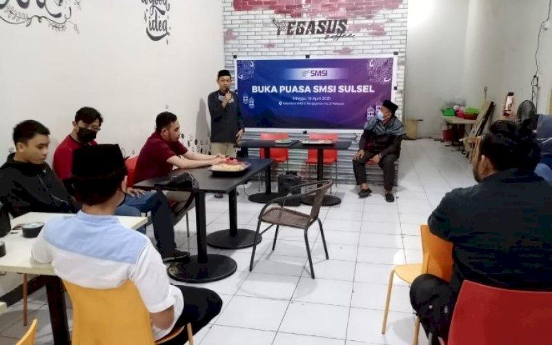 BUKA PUASA. Suasana buka puasa bersama di Sekretariat SMSI Sulsel di Jl Pengayoman No 21, Kota Makassar, Minggu (18/4/2021). foto: smsi sulsel