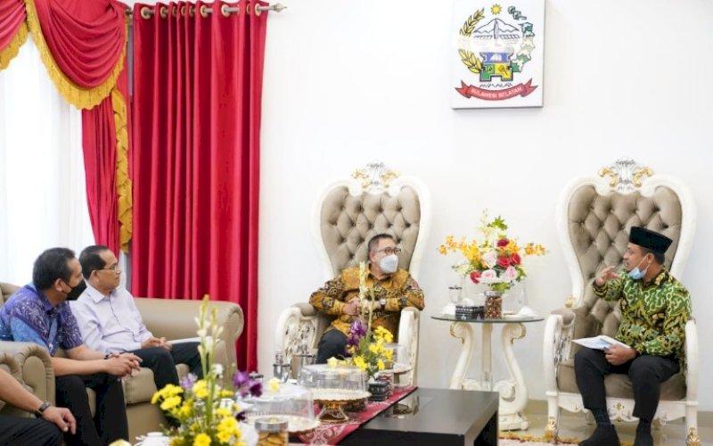 SAMBUTAN. Plt Gubernur Sulsel Andi Sudirman Sulaiman menyambut Direktur Jenderal Pelayanan Kesehatan (Yankes) Kementerian Kesehatan RI Prof dr Abdul Kadir dan rombongan di Rujab Wagub Sulsel, Sabtu (17/4/2021). foto: humas pemprov sulsel