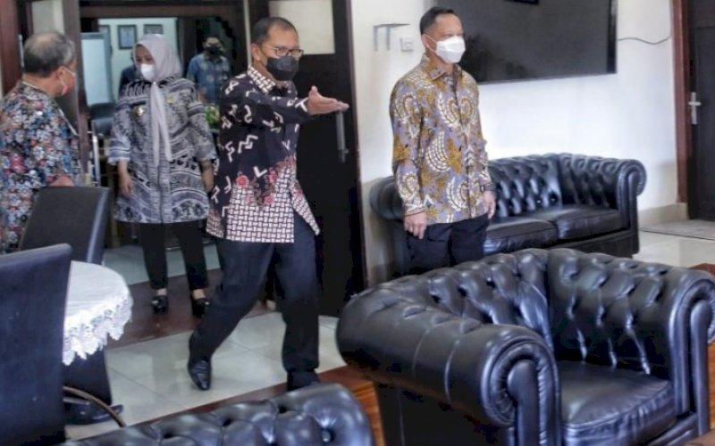 KUNJUNGAN. Wali Kota Makassar Moh Ramdhan Pomanto menerima kunjungan Mendagri Tito Karnavian di Balai Kota Makassar, Kamis (22/4/2021). foto: humas pemkot makassar