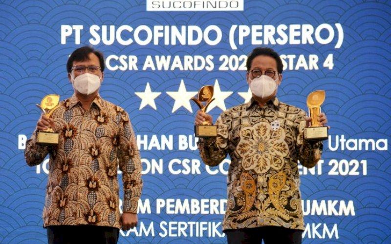 TERIMA PENGHARGAAN. Direktur Utama PT Sucofindo Bachder Djohan Buddin (kanan) dan Direktur Keuangan dan Perencanaan Strategis PT Sucofindo Budi Hartanto meraih tiga penghargaan pada ajang Top CSR 2021 di Hotel Raffles, Jakarta, Kamis (22/4/2021). foto: humas sucofindo