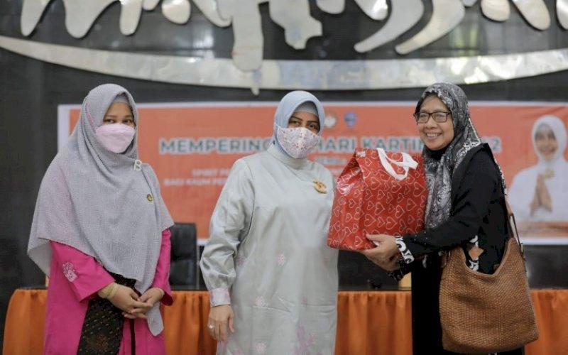 HARI KARTINI. Penasehat DWP Kota Makassar, Indira Jusuf Ismail (tengah) menyerahkan bingkisan kepada salah satu peserta peringatan Hari Kartini yang dirangkaikan dengan pertemuan bulanan DWP Kota Makassar di Baruga Anging Mammiri Rujab Wali Kota Makassar, Jumat (23/4/2021). foto: humas pemkot makassar
