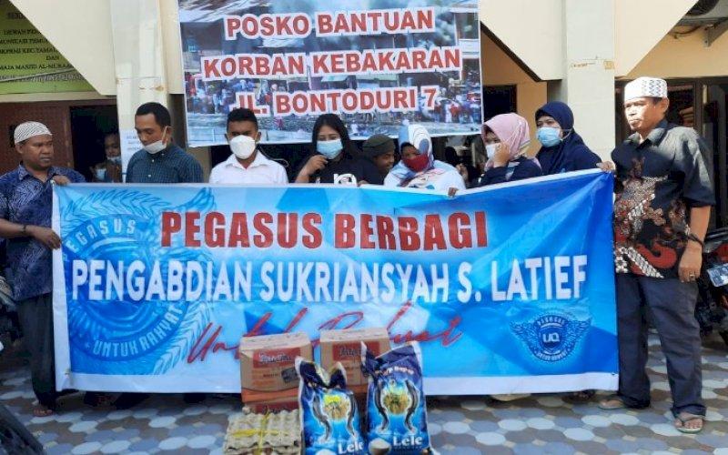 PEGASUS PEDULI. Tim Pegasus UQ menyerahkan bantuan kepada korban kebakaran yang terjadi di Jl Bonto Duri VII, Kelurahan Pa'baeng-baeng, Kecamatan Tamalate, Kota Makassar, Jumat (23/4/2021). foto: pegasus uq