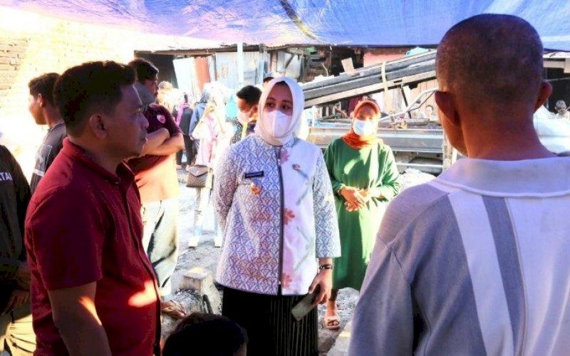 PEDULI. Wakil Wali Kota Makassar, Fatmawati Rusdi, menyambangi lokasi kebakaran di pemukiman warga Jl Bonto Duri VII, Kelurahan Pa'baeng-baeng, Kecamatan Tamalate, Makassar, Jumat (23/4/2021). foto: humas pemkot makassar
