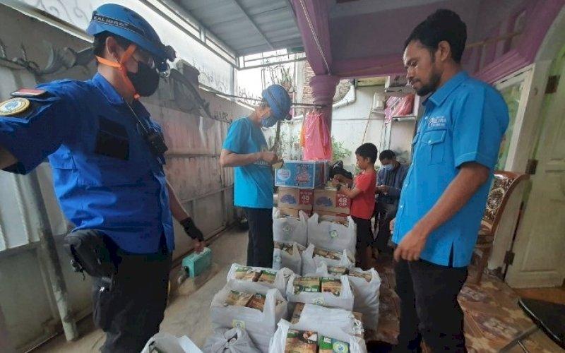 GELORA PEDULI. Tim Blue Helmet Partai Gelora Makassar saat menyantuni korban kebakaran di Jl Andi Tonro V, Kecamatan Tamalate, Kota Makassar. foto: humas gelora makassar