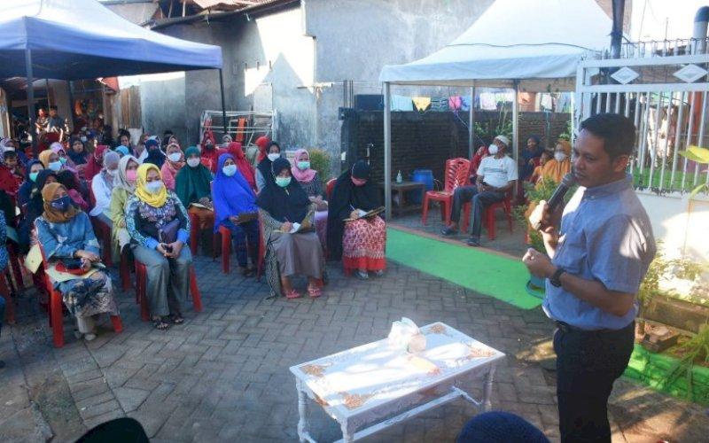 RESES. Anggota DPRD Kota Makassar, Supratman, saat menggelar Reses Kedua Masa Persidangan Kedua Tahun Anggaran 2020-2021 di Jl Nipa-nipa, Kelurahan Manggala, Kecamatan Manggala, Sabtu (24/4/2021). foto: istimewa