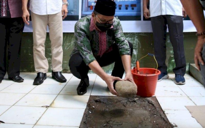 PELETAKAN BATU. Wali Kota Makassar, Moh Ramdhan Pomanto, melakukan peletakan batu pertama pembangunan Musala Nurul Ilmu di Kompleks SMPN 5 Makassar, Sabtu (25/4/2021). foto: humas pemkot makassar