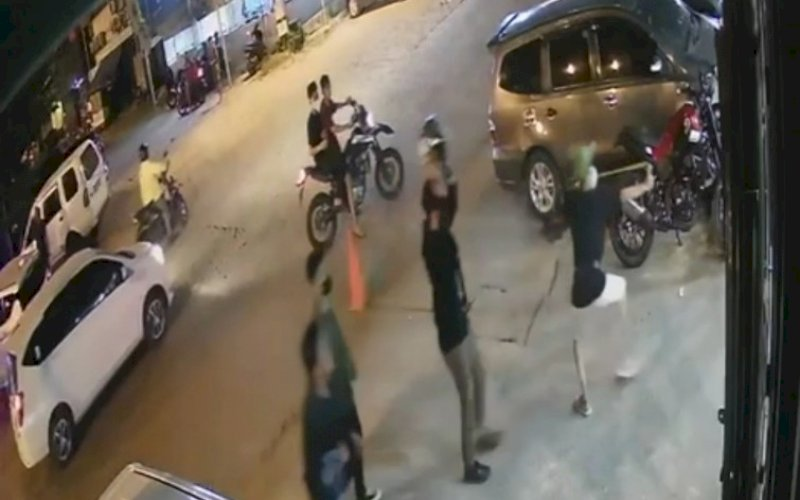 PENYERANGAN. Suasana saat sejumlah pria melakukan penyerangan di Warkop Megazone, Jl Topaz Raya, Kecamatan Panakkukang, Kota Makassar, Minggu (25/4/2021) sekitar pukul 18.54 WITA. foto: screenshot video