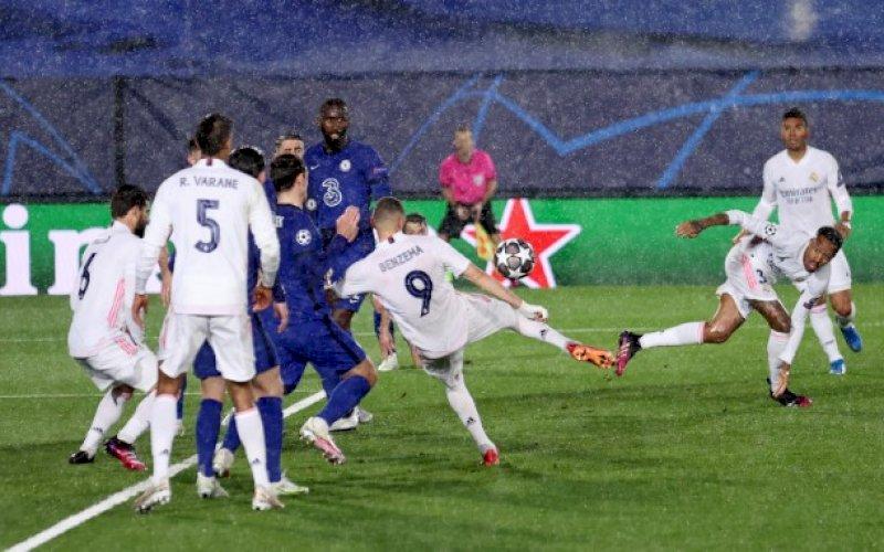 GOL CANTIK. Penyerang Real Madrid Karim Benzema mencetak gol cantik penyeimbang 1-1 saat menjamu Chelsea pada leg pertama semifinal Liga Champions di Stadion Alfredo Di Stefano, Madrid, Spanyol, Rabu (28/4/2021) dini hari WITA. foto: twitter @championskeague
